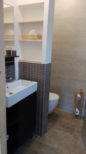chalet betegelde badkamer
